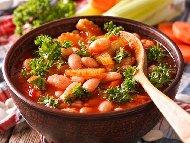 Печен боб по гръцки с орехи, чушки, домати и чесън в глинен гювеч на фурна